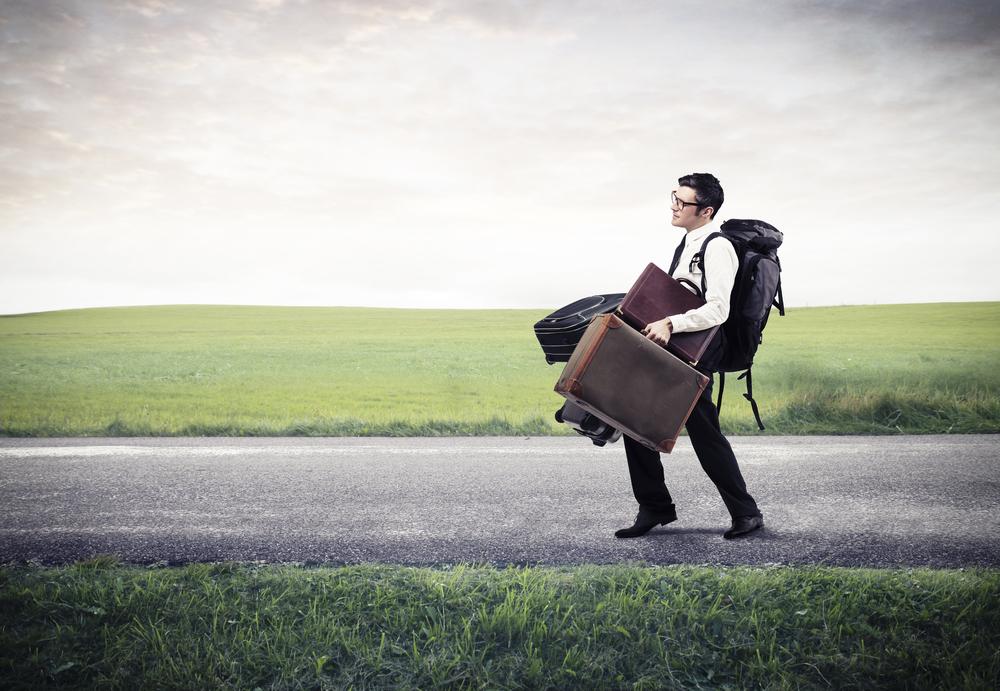 hombre-cargado-de-maletas